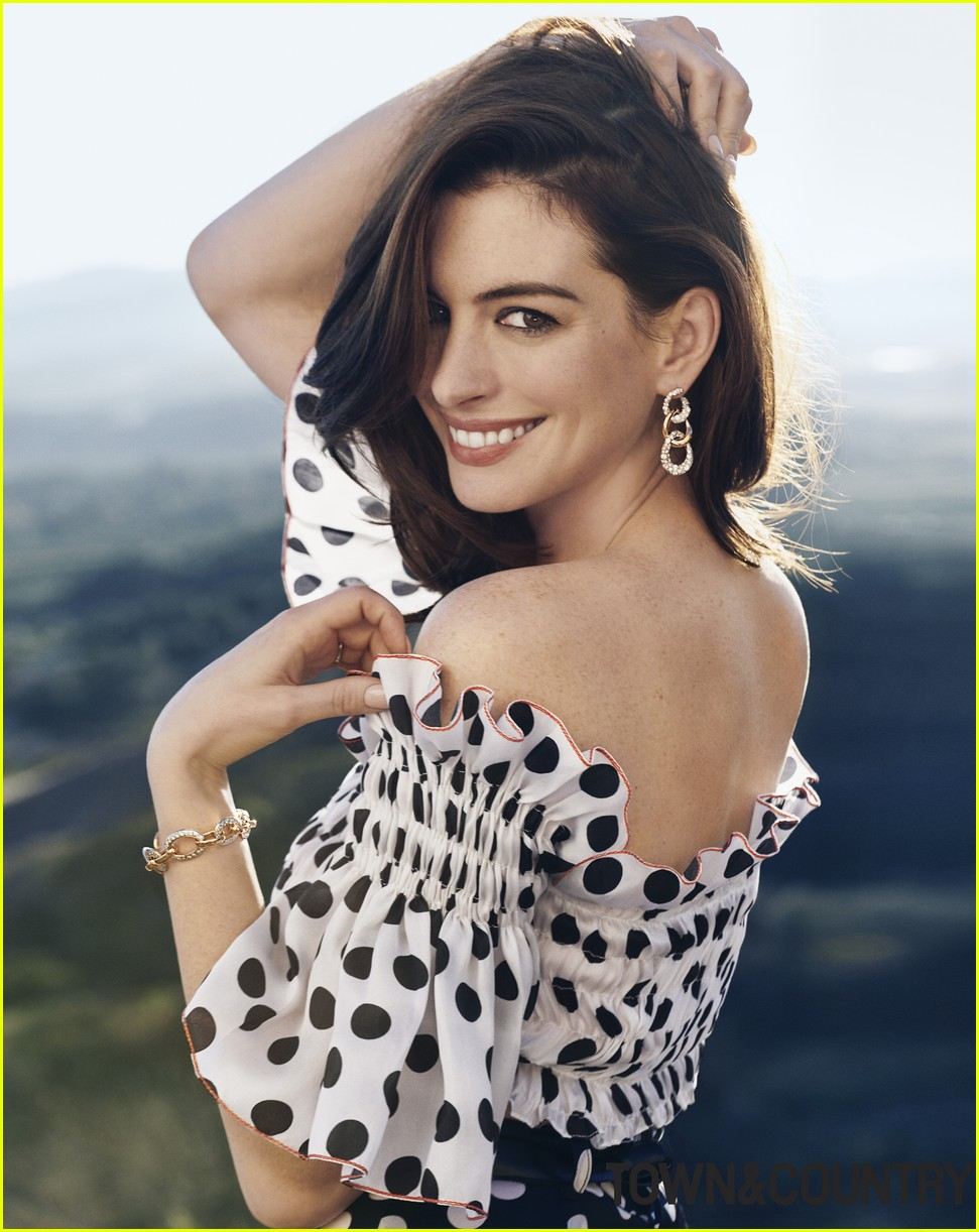 anne hathaway town country february 054208763