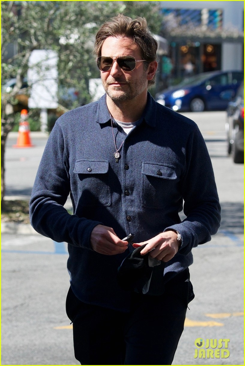 bradley-cooper-joins-a-friend-for-lunch-02.jpg