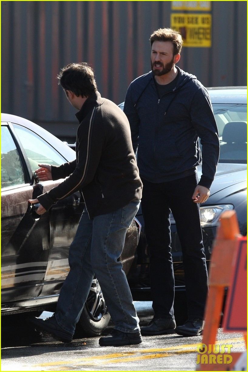 http://cdn04.cdn.justjared.com/wp-content/uploads/2019/04/evans-film1/chris-evans-films-defending-jacob-07.jpg