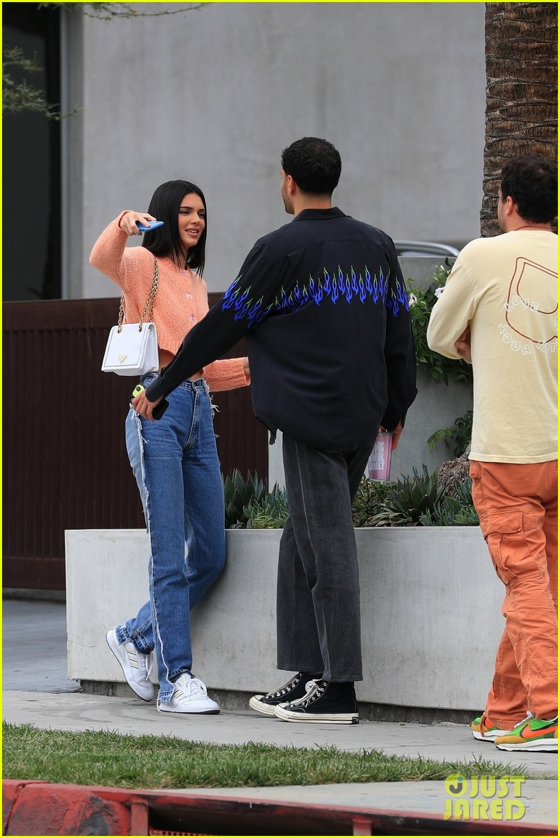 kendall jenner gets coffee with friends 014314409