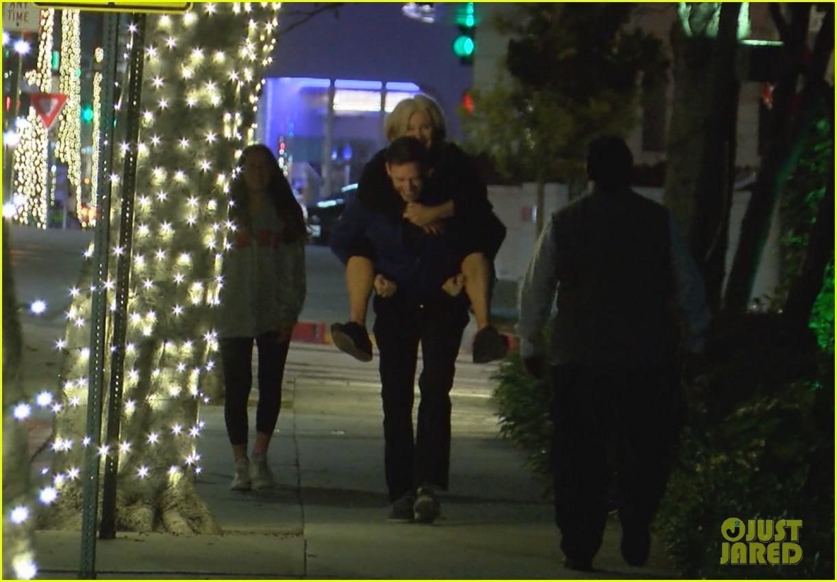 hugh jackman gives wife piggyback ride 014325190