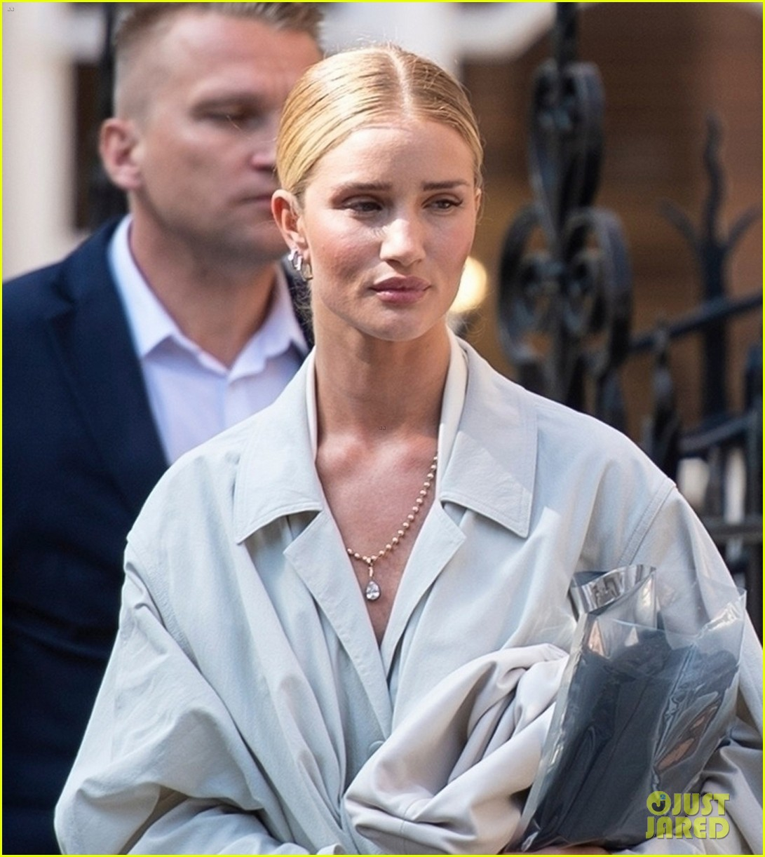 rosie huntington whiteley at a meeting 014317768
