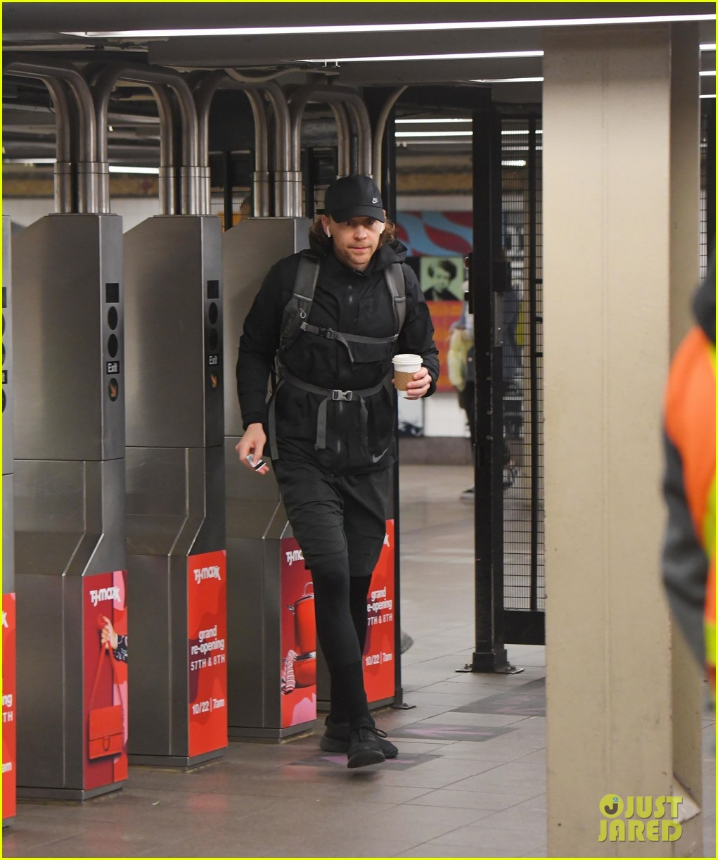 tom hiddleston keeps low profile taking the subway in nyc 014388998