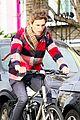 eddie redmayne flat tire while riding bike 03