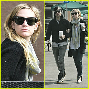 Ashlee Simpson & Pete Wentz do the Starbucks Strut