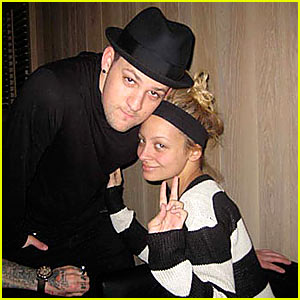 Nicole Richie: Peace Out!