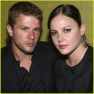 Ryan Phillippe & Abbie Cornish Keep Close