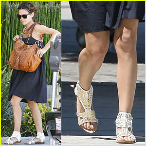 Rachel Bilson Ducks Into Alcove