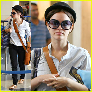 Rachel Bilson Is Waiting At The Airport