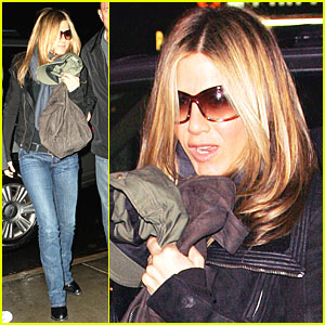 Jennifer Aniston Heads to Hotel