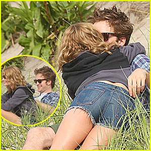 Robert Pattinson &#038; Emilie De Ravin: Kissing Couple