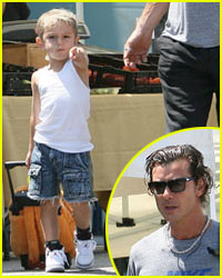 Kingston Rossdale Points Out Paparazzi