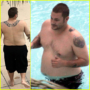 Kevin Federline Packs On The Pounds At The Pool