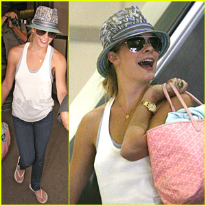 LeAnn Rimes Lands At The Airport