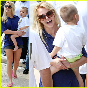 Britney Spears & Boys are Sydney Harbor Happy