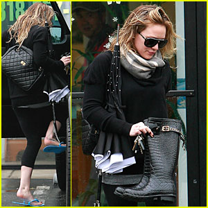 Hilary Duff Takes Orbit Around Venus Nails