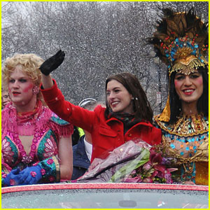 Anne Hathaway: Hasty Pudding Parade!
