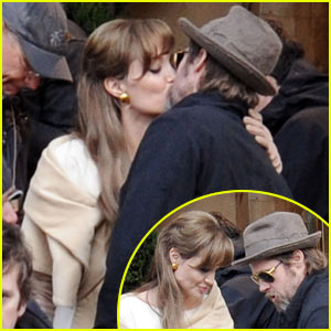 Brad Pitt & Angelina Jolie: Kissing Couple of 'Tourists'
