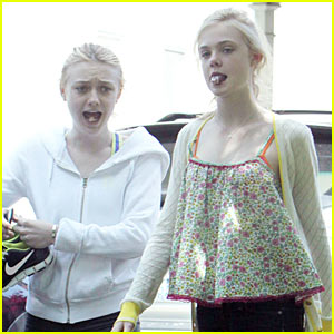 Elle &#038; Dakota Fanning: Gum-Chewing Girls