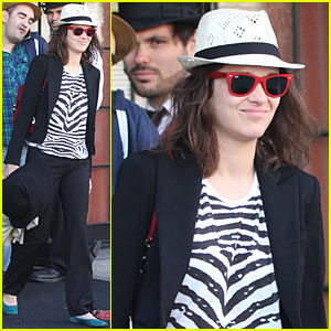 Marion Cotillard: Red Ray-Bans!