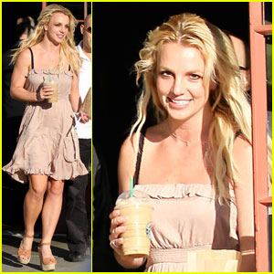 Britney Spears: Smiling at Starbucks