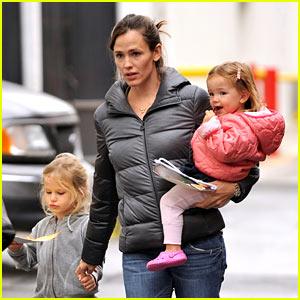 Jennifer Garner: Petting Zoo with the Girls