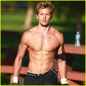 Matt Barr: Shirtless Workout!