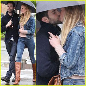 Adam Levine & Anne Vyalitsyna: Kiss Kiss!