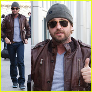 Gerard Butler: Thumbs Up at LAX
