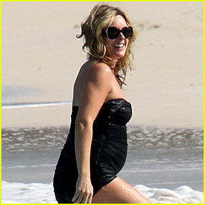 Jane Krakowski: Baby Bump on Beach!