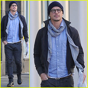 Josh Hartnett Picks Up Magazines in Manhattan