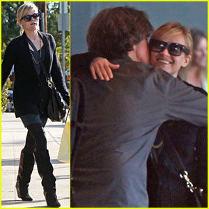 Reese Witherspoon Hugs It Out at Tavern!