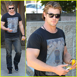 Chris Hemsworth: Bulging Biceps!