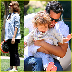 Jessica Alba & Cash Warren: Park Playtime with Honor!