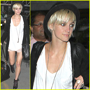 Ashlee Simpson: Short Shorts at LAX!