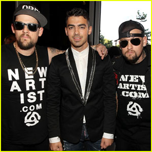 Joe Jonas & the Madden Twins - MTV VMAs 2011 Red Carpet