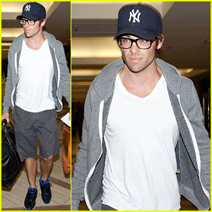 Chris Pine Catches a Flight