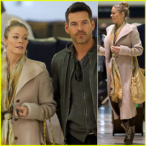 LeAnn Rimes &#038; Eddie Cibrian: Airport Snack Time!