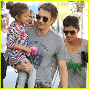Halle Berry: Little Door with Olivier & Nahla!