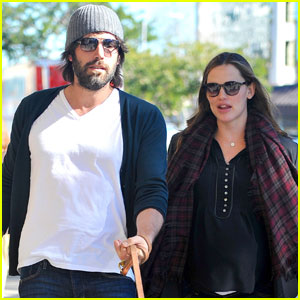 Jennifer Garner & Ben Affleck: Dog Walking Duo