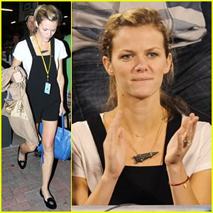 Brooklyn Decker Cheers On Andy Roddick!