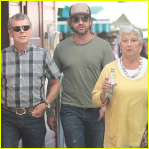 Gerard Butler: Farmers Market Lunch With Parents