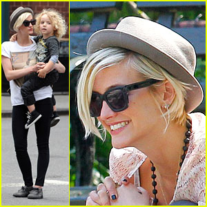 Ashlee Simpson: Washington Square Park with Bronx!