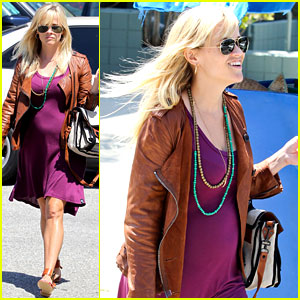Reese Witherspoon: Baby Bump at Lunch!