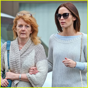 Emily Blunt &#038; Mom Joanna: Wednesday Walk