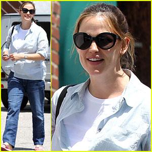 Jennifer Garner: Nail Day with Mom Patricia!