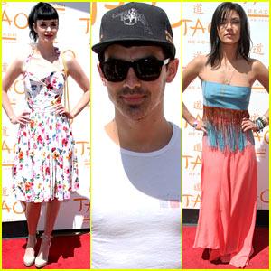 Krysten Ritter & Joe Jonas: Tao Beach Season Opening!