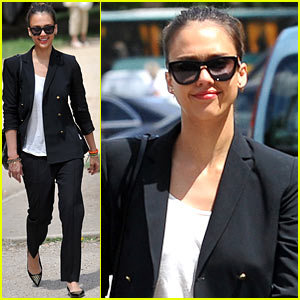 Jessica Alba: Parisian Shopper!