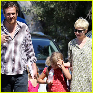 Michelle Williams &#038; Jason Segel: Matilda Pick Up!