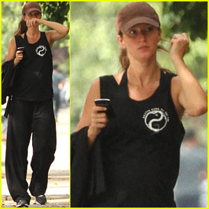Gisele Bundchen: Rainy Wednesday Stroll!